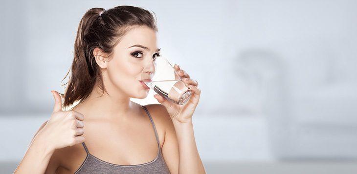 Benefícios de beber água com estômago vazio